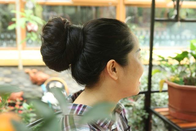 Để thuận tiện cho công việc, chị Lan thường búi tóc cao