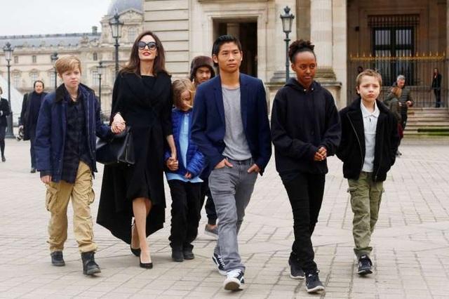 Angelina Jolie bên 6 đứa con ngày một trưởng thành, chín chắn.