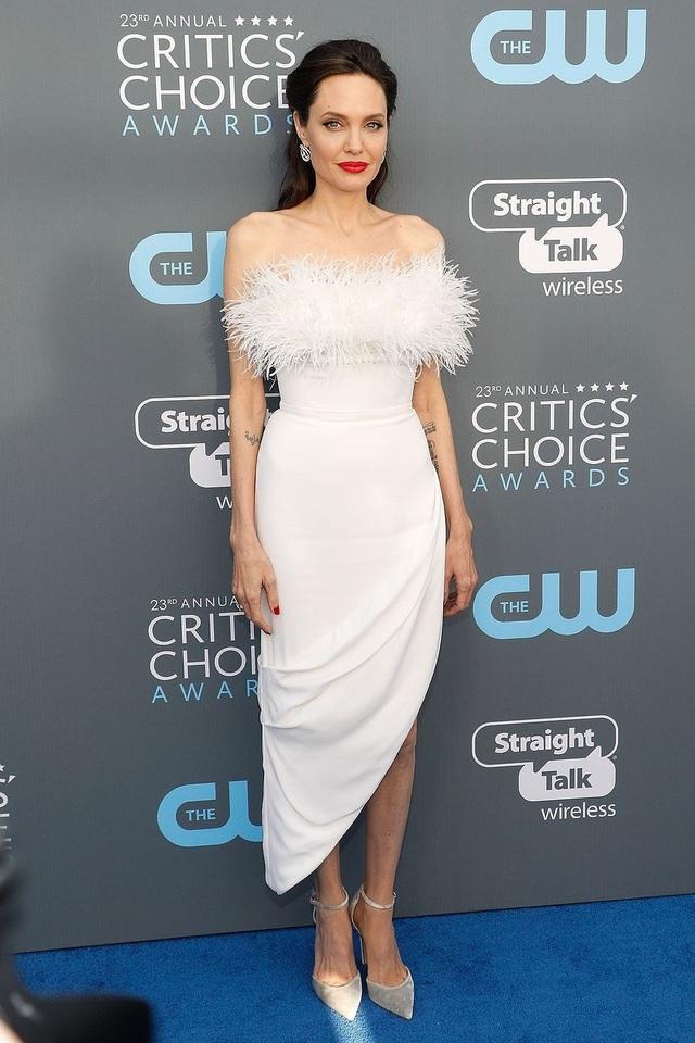 Angelina Jolie đang hò hẹn với một chuyên gia bất động sản, điển trai?