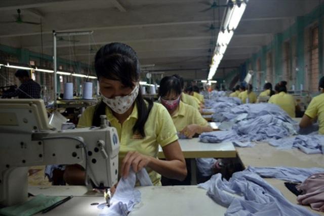 Do sản xuất gặp nhiều khó khăn, nên Cty CP may Quảng Ninh đang nợ hàng tỉ đồng tiền đóng bảo hiểm cho người lao động trong Cty. Ảnh: T.N.D