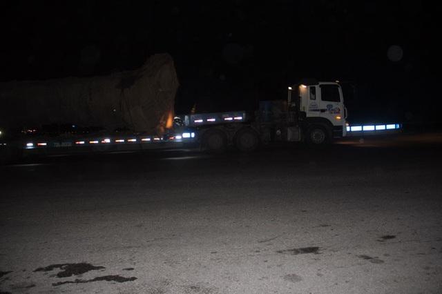 Chiếc xe quái thú nhọc nhằn đi qua nút giao thông giao nhau giữa đường tránh TP Hà Tĩnh và tuyến QL1A tại địa phận xã Thạch Long, huyện Thạch Hà, Hà Tĩnh.