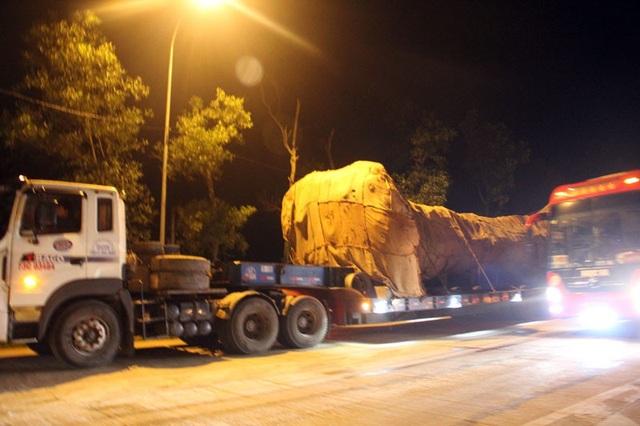 Tại trạm thu phí Cầu Rác (xã Cẩm Trung, huyện Cẩm Xuyên, Hà Tĩnh) chiếc xe buộc phải di chuyển ở làn đường ngoài cùng để tránh cây va đập, gây hư hỏng tài sản của doanh nghiệp thu phí.