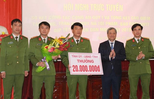 Chủ tịch UBND tỉnh Bắc Ninh Nguyễn Tử Quỳnh trao thưởng nóng cho Phòng Cảnh sát điều tra về tội phạm ma túy