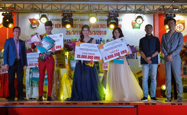 Giây phút đăng quang của 3 gương mặt xuất sắc nhất THPT Nguyễn Bỉnh Khiêm.