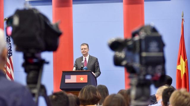 Ông Kritenbrink nhận được sự quan tâm của truyền thông trong nước và quốc tế trong buổi họp báo chính thức đầu tiên trê cương vị Đại sứ Mỹ tại Việt Nam.