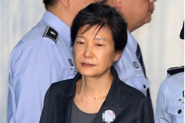Cựu Tổng thống Park Geun-hye bị đưa tới tòa án ở Seoul hồi tháng 10/2017 (Ảnh: EPA)