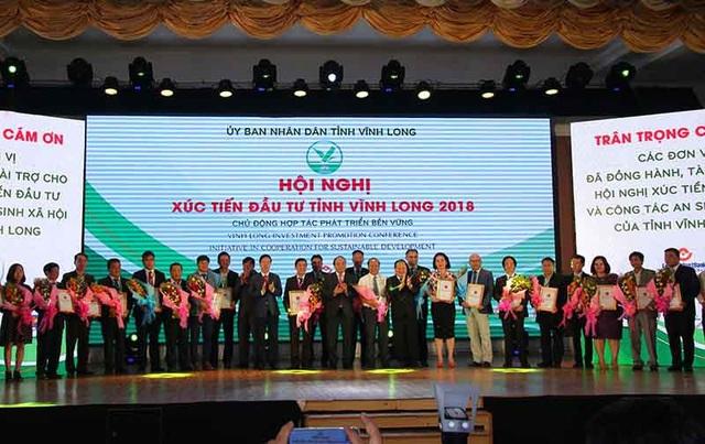 Thủ tướng trao hoa và chứng nhận cho các nhà đầu tư vào tỉnh Vĩnh Long