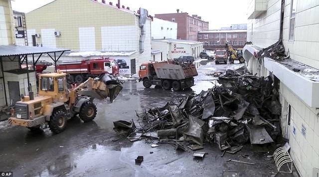 Lực lượng cứu hộ vẫn đang huy động các loại phương tiện dọn dẹp đống đổ nát sau vụ hỏa hoạn tại trung tâm thương mại Winter Cherry. (Ảnh: AP)