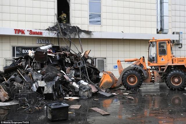 Đồ đạc bị thiêu cháy được chất thành đống ở bên ngoài trung tâm thương mại. Đây là một trong những vụ hỏa hoạn gây thương vong lớn nhất ở Nga kể từ thời kỳ Liên Xô tan rã. (Ảnh: TASS)