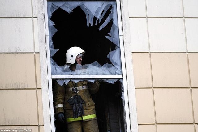 Lực lượng tìm kiếm tiếp tục tiếp cận tòa nhà để tìm kiếm những người còn mất tích và những thi thể còn bị chôn vùi bên trong đám cháy. (Ảnh: TASS)