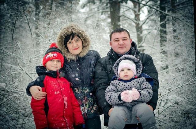 Ngoại trừ Sergey Moskalenko (áo đỏ), 3 thành viên còn lại trong gia đình đều thiệt mạng trong vụ cháy tại trung tâm thương mại ở Nga (Ảnh: RT)