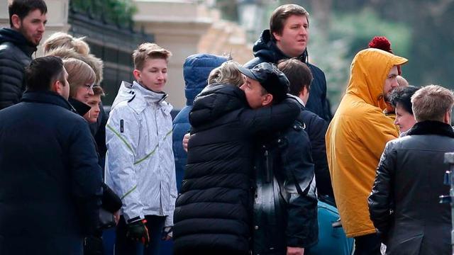 Các nhà ngoại giao Nga chia tay đồng nghiệp rời khỏi Đại sứ Nga tại London sau lệnh trục xuất của Anh (Ảnh: Getty)