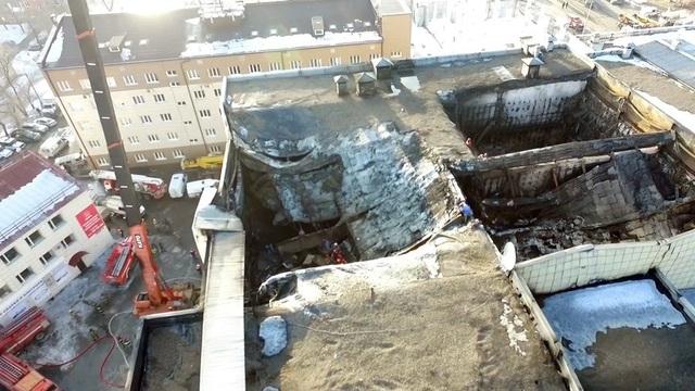 Bộ trưởng Bộ Tình trạng Khẩn cấp Nga Vladimir Puchkov cho biết ít nhất 64 người được xác nhận đã thiệt mạng trong vụ cháy trung tâm thương mại Winter Cherry ở thành phố Kemerovo, Nga vào chiều 25/3, trong đó có nhiều nạn nhân là trẻ em. Ngoài ra, một số người khác bị phát hiện mất tích. (Ảnh: RT)