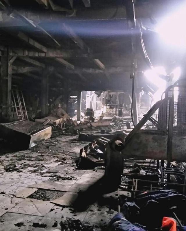 Khoảng 600 nhân viên cứu hỏa và cứu hộ đã mất 17 giờ trước khi khống chế vụ cháy. Hiện việc tiếp cận với các tầng cao tại trung tâm thương mại vẫn gặp một số khó khăn do nhiệt độ lớn. (Nguồn: Siberian Times)
