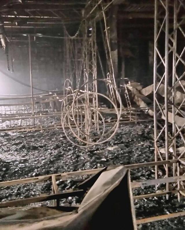 Vào chiều qua 26/3, đám cháy bất ngờ âm ỉ trở lại sau nhiều giờ được khống chế. Nhiệt độ ở một số khu vực được xác định lên tới 600-800°C. Các hình ảnh ghi từ hiện trường cho thấy, các cột khói đen và dày đặc vẫn bốc lên ở một khu vực của trung tâm thương mại. (Nguồn: Siberian Times)