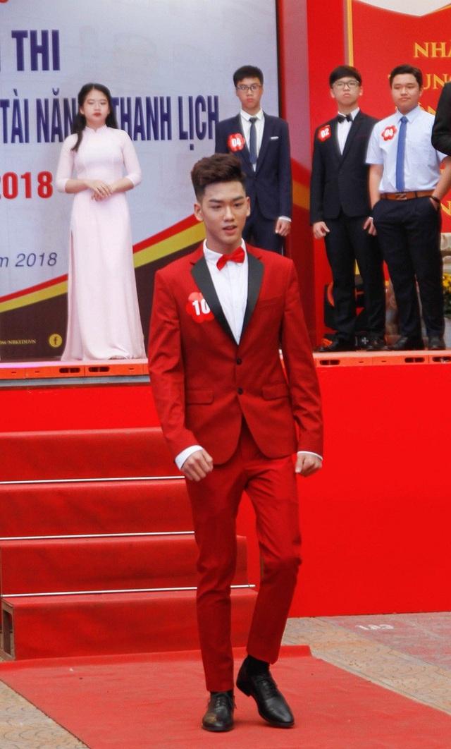 Màn trình diễn trang phục tự chọn của bạn Ngô Văn Nguyên Hạo - Lớp 10 CA1 đạt giải Nhì chung cuộc