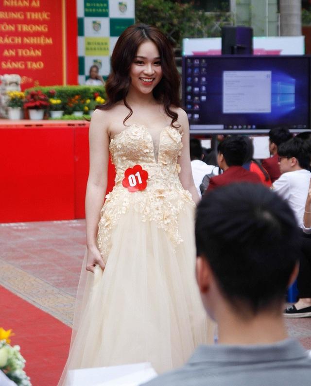 Thí sinh Nguyễn Ngọc Anh trình diễn tự tin trước ban giám khảo