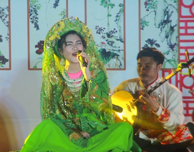 Quán quân Trần Minh Anh biểu diễn nghệ thuật hát ca chầu văn thuyết phục Ban giám khảo