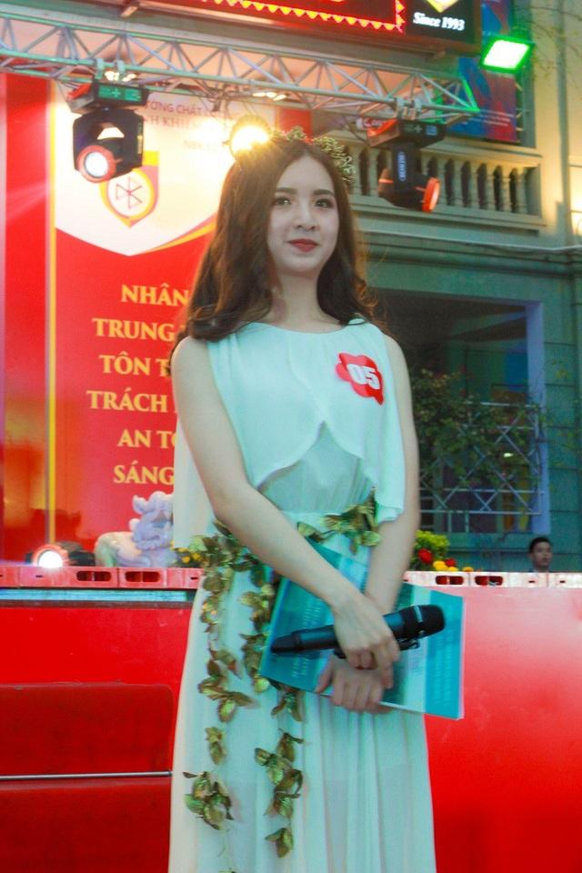 Thí sinh Trần Minh Phương (lớp 11CA1) thuyết trình tiếng Anh về trang phục tự thiết kế