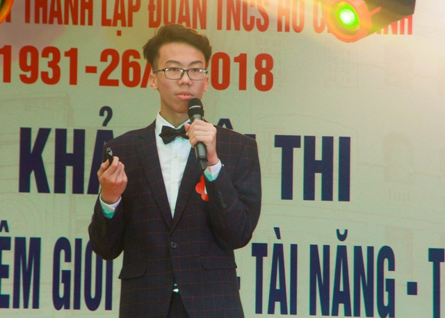 Nguyễn Thế Nhật Vinh tự tin thuyết trình tiếng Anh về chủ để cách nghe nhạc