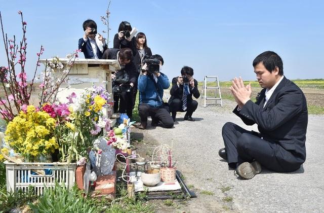 Anh Lê Anh Hào tới đặt hoa tại nơi phát hiện thi thể bé Nhật Linh ngày 26/3 (Ảnh: Mainichi)