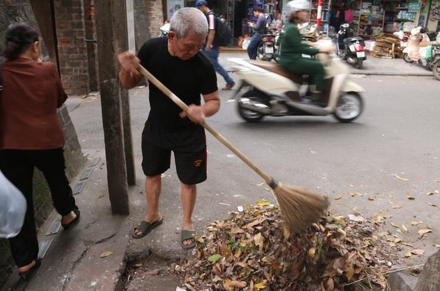Ông Nhân cho biết, ngày nào ông cũng phải dùng chổi quét dọn lá cây khô, rác thải của cánh hàng rong.