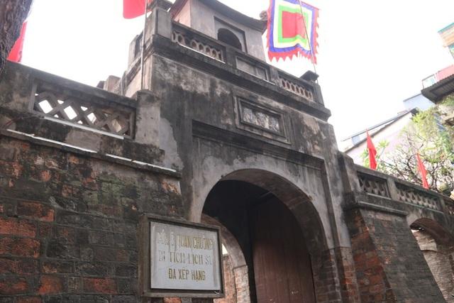 Cửa Ô Quan Chưởng bao gồm một cửa chính cao 3m và hai cửa ngách, được xây dựng bằng gạch đỏ, theo thiết kế vòm cuốn, phảng phất nét kiến trúc của cổng làng xưa. Tầng thứ 2 có vọng lâu 4 mái vuốt cong 4 góc, được trang trí các hình lục lăng, tứ giác, hoa thị. Tên gọi Ô Quan Chưởng, bắt nguồn từ sự kiện xảy ra vào năm Tự Đức thứ 26, khi thực dân Pháp đánh thành Hà Nội (20-11-1873), một Chưởng cơ cùng một trăm chiến sĩ đã giữ thành này đến người cuối cùng. Người dân vì thế gọi cửa ô này là Ô Quan Chưởng để tưởng nhớ công lao.