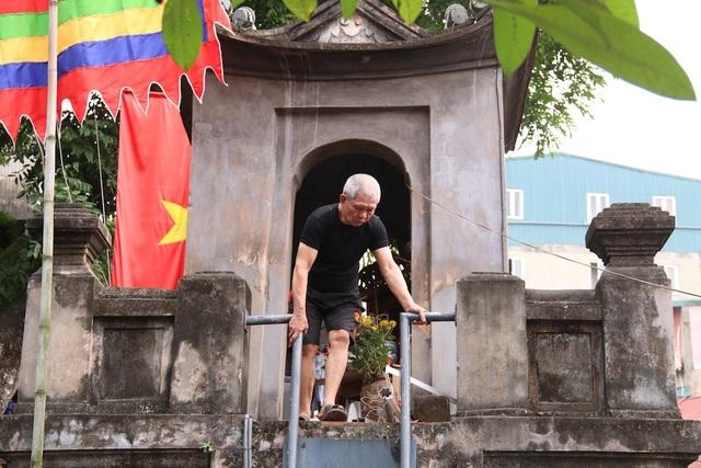 Ngay dưới chân Ô Quan Chưởng có một lối lên lầu. Phải được ban quản lý cho phép, ông Nhân mới mở cửa để du khách lên tham quan.