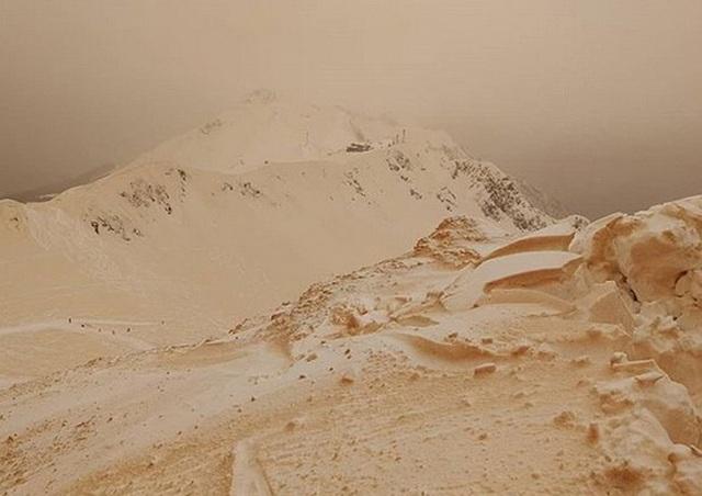 Hiện tượng 5 năm có một lần: Tuyết màu cam khiến Đông Âu tựa như Sao Hỏa - 2