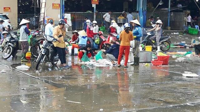 Chợ hải sản lênh láng nước, ẩm ướt. Nguồn ảnh: Internet