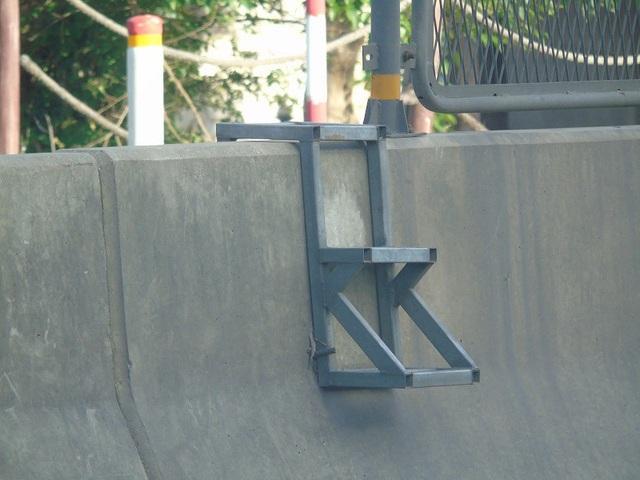 Chiếc thang sắt được gắn cố định vào dải phân cách.