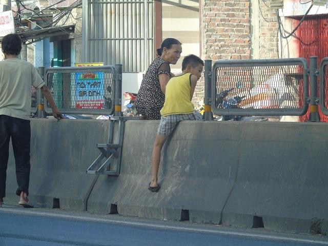 Nhiều người bất chấp nguy hiểm, trèo qua dải phân cách để qua đường