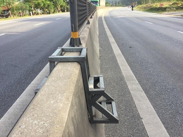 Cách đó không xa, trên Quốc lộ 1A đoạn qua xã Thanh Trạch, huyện Bố Trạch cũng có một chiếc thang sắt với thiết kế tương tự.