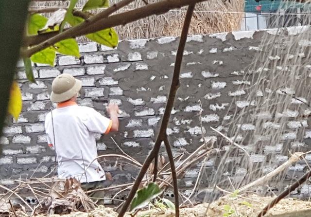 Phạm nhân Hồng vẫn đi làm thợ xây bình thường như bao người khác.