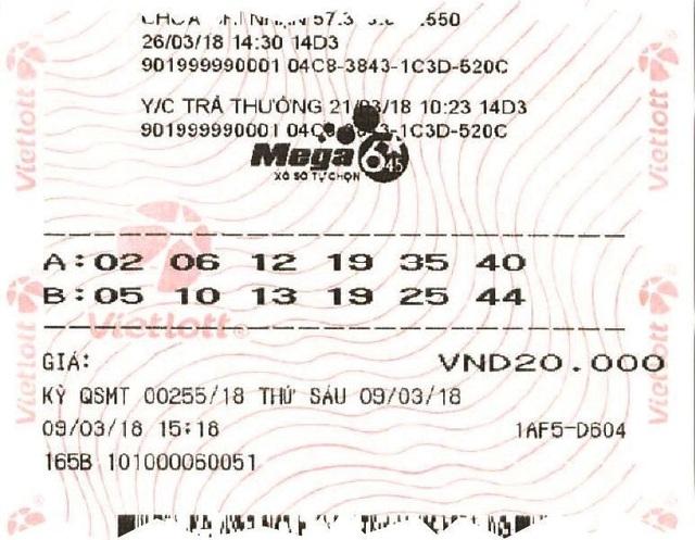 """Tấm vé số may mắn trị giá """"khủng"""" của chị H. khi đến lãnh thưởng."""
