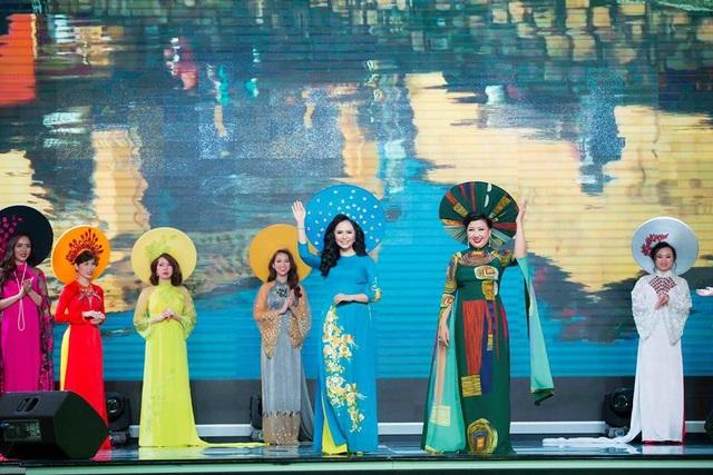 """Mãn nhãn với BST áo dài """"Vạt nắng"""" của Nữ hoàng Hoa hồng Bùi Thị Thanh Hương - 10"""