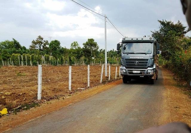 Xe chở đá trọng tải lớn chạy trên đường làng là nỗi ám ảnh của người dân xã Ia Bă