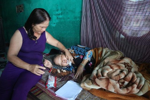Bà Nguyễn Thị Hà (Hàng xóm bà Trúc) luôn đến động viên người hàng xóm đáng thương của mình