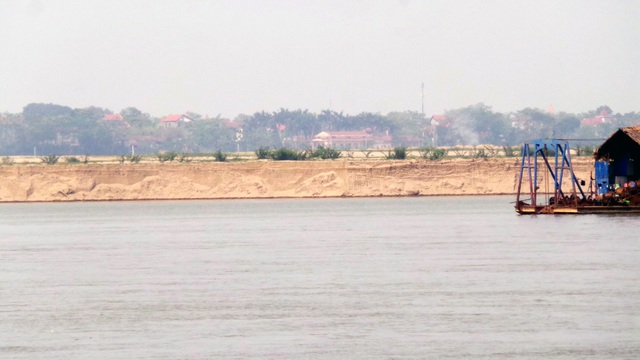 Bờ sông bị sạt lở nghiêm trọng, dựng thành vách thẳng đứng.