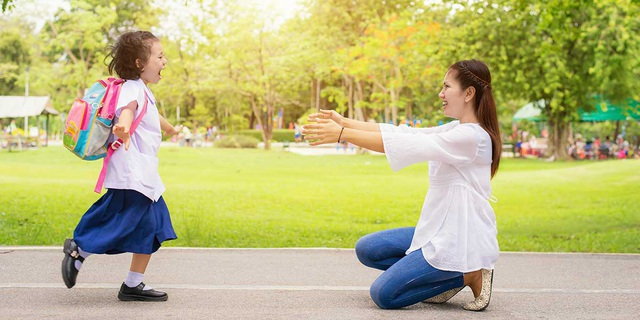 """Yêu thương con vô điều kiện tức là gửi đến con thông điệp """"dù thế nào thì cha mẹ vẫn yêu thương con""""."""