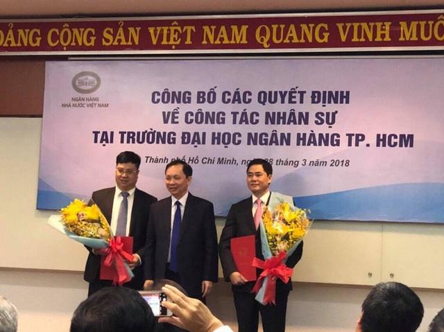 Phó Thống đốc Ngân hàng Nhà nước Đào Minh Tú (giữa) công bố quyết định bổ nhiệm 2 nhân sự lãnh đạo trường ĐH Ngân hàng TPHCM