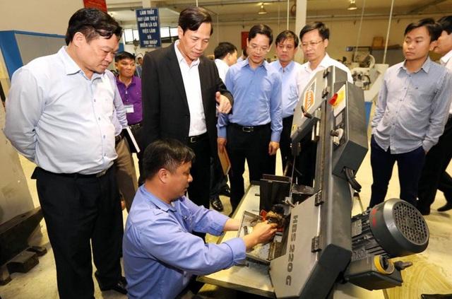 Bộ trưởng Đào Ngọc Dung tìm hiểu công tác đào tạo nghề tại Trường Cao đẳng nghề dân tộc nội trú tỉnh Bắc Kạn.