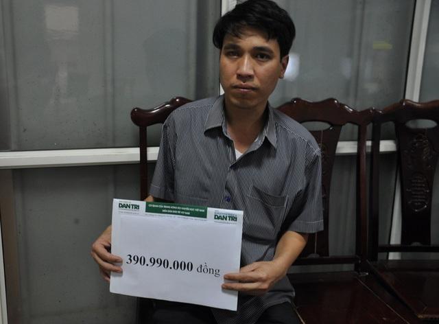 Thay mặt gia đình cậu của bé Quỳnh Như nhận tiền bạn đọc báo điện tử Dân trí tại VP khoa Hồi sức cấp cứu.