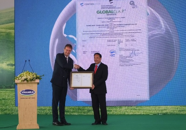 Trao chứng chỉ đạt chuẩn thực hành Nông nghiệp Quốc tế GLOBAL GAP về quản lý trang trại và chất lượng sữa tươi thuần khiết
