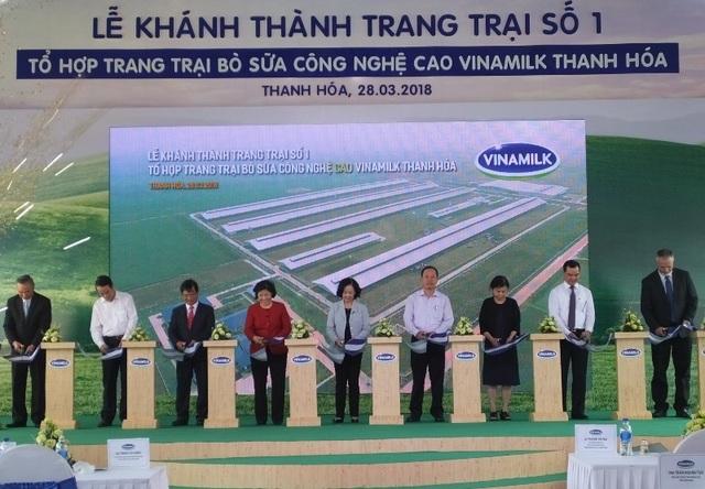 Nghi thức cắt băng khánh thành Trang trại số 1, thuộc Tổ hợp trang trại bò sữa công nghệ cao Vinamilk Thanh Hóa