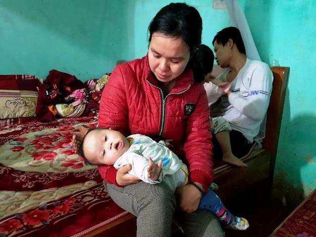Chị Trang không cầm được nước mắt khi kể về hoàn cảnh gia đình mình, cả gia đình toàn là bệnh nhân phải điều trị trong túng quẫn