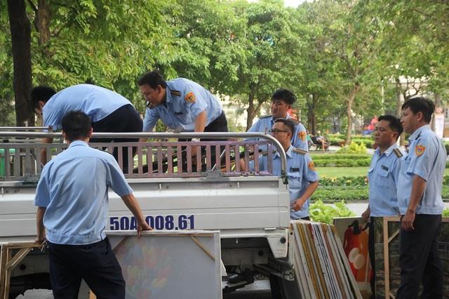 Lực lượng trật tự đô thị cưỡng chế, dọn dẹp cửa hàng tranh lấn chiếm lối đi và chứa nhiều vật liệu dễ cháy ở khu vực nhà xe