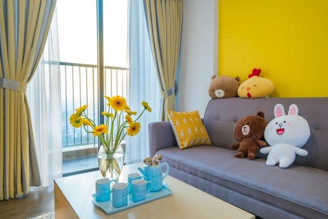 Hiền đã tham khảo các ý tưởng trên trang Pinterest và quyết định chọn tông vàng-xanh cho căn nhà của mình. Bức tường vàng này chính là ý tưởng Hiền lấy từ Pinterest.