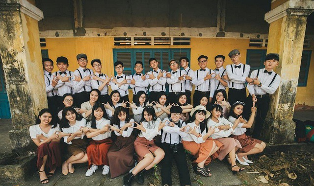 """Rồi hai bên đều phải quên đi. Tạm biệt thực ra không phải là từ biệt mà là một lời hứa"""", các bạn học sinh lớp 12 trường THPT Nguyễn Chí Thanh viết về bộ ảnh kỷ yếu của lớp mình."""