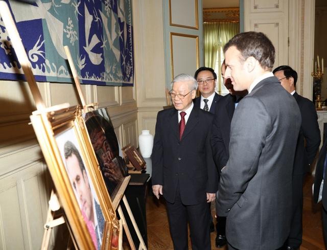 Tổng Bí thư Nguyễn Phú Trọng và Tổng thống Cộng hòa Pháp Emmanuel Macron trao đổi tặng phẩm